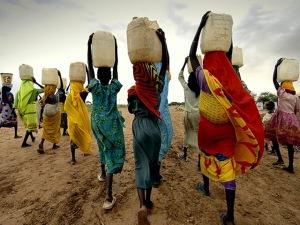 Mujeres transportando agua a la manera tradicional